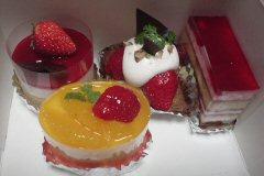 えいじはケーキを分解して食べます