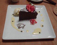 ソースの上の黒いのはチョコチップ